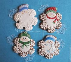 Snowman snowflake from flower cookie cutter. Snowman Cookies, Snowflake Cookies, Christmas Sugar Cookies, Christmas Sweets, Noel Christmas, Holiday Cookies, Christmas Baking, Summer Cookies, Valentine Cookies