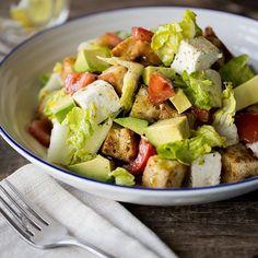 Na, darf's in deinem Salat auch gern mal etwas knuspern? Dann gibt's jetzt krosse Kräuter-Croûtons in XXL-Format, weich gebettet in knackigem Salat mit Avocado, Feta, Tomaten und einem leichten Zitronen-Olivenöl-Dressing.