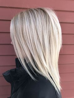 Easy Hairdos for Medium Layered Hair - Hair and Beauty ✂ Layered Haircuts For Women, Medium Layered Hairstyles, Medium Style Haircuts, Medium Hair Styles With Layers, Long Haircuts, Short Hair Trends, Medium Hair Cuts, Haircut Medium, Medium Cut