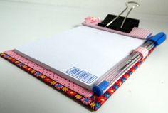 Bloquinho de anotações com prancheta, confeccionado em tecido 100% algodão, em técnica de cartonagem; acompanha caneta. Ideal para presentear no dia dos pais. <br> <br>MEDIDAS: 10CM DE LARGURA X 14CM DE ALTURA