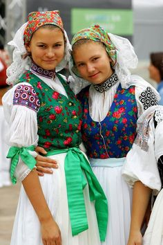 Kroje a tak Traditional Fashion, Traditional Dresses, Costumes Around The World, Folk Embroidery, Ethnic Dress, Group Costumes, Folk Costume, Ethnic Fashion, World Cultures