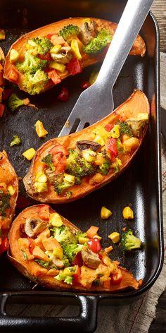 Du suchst eine kreative & vegetarische Hauptspeise für dein Ostermenü? Dann haben wir hier eine tolle Idee für dich: Die gefüllten Süßkartoffeln mit Brokkoli, Zucchini, Paprika & Champignons sind einfach köstlich!