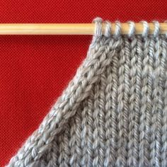 In knitting, you will sometimes need to reduce the number of meshes present . Loom Knitting, Knitting Stitches, Hand Knitting, Crochet Wool, Tapestry Crochet, Crochet Square Patterns, Knitting Patterns, Summer Knitting, How To Purl Knit