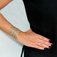 Pulseira  bracelete  de couro  legítimo na cor  bege belíssima,  transformando  o  seu  look  clássico! Acesse: 💻 www.minhanovabiju.com.br  #minhanovabiju #acessoriosfemininos #pulseiradecouro #legitimo #pulseira #ficaadica