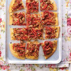 Dit is een variant op de klassiekeFranse uienpizza met dikke bodem, waarbij de traditionele ansjovis wordt vervangen door merguezworstjes, maar je kunt ook zachte chorizo gebruiken.    1 Verhit 4 eetlepels van de olijfoliein een grote...