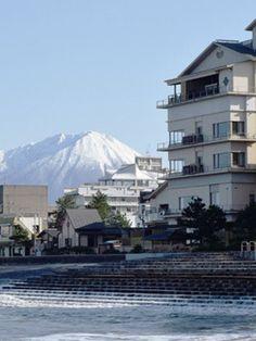 米子市の北側、日本海に面した海辺の温泉地。全国的にも珍しい海から湧く温泉で、別名「塩の湯」と呼ばれています。 豪華な設備の共同浴場をはじめ、数寄屋造りの老舗旅館から大型ホテルまで約40軒がそろい、山陰では最大の規模を誇ります。 Japanese Hot Springs, Spring Resort, Mount Rainier, Mountains, Nature, Travel, Naturaleza, Viajes, Destinations