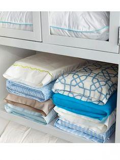 <p>Marre de déplier et replier les draps pour recomposer les ensembles? On a trouvé la solution: glissez les draps, les housses de matelas et de couette dans la housse d'oreiller coordonnée.</p><p>Source: Pinterest</p>
