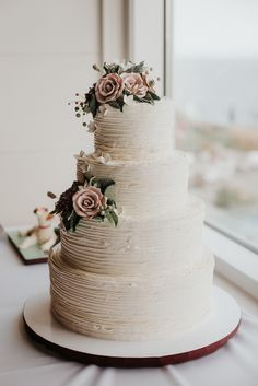 Textured Ivory Wedding Cake with Fondant Roses The Effective Pictures We Offer You About romantic wedding cake A quality picture can tell you many things. You can find the most beautiful pictures that Snowflake Wedding Cake, Ivory Wedding Cake, Wedding Cake Stands, Wedding Cake Rustic, Fall Wedding Cakes, Elegant Wedding Cakes, Beautiful Wedding Cakes, Wedding Cake Designs, Wedding Cake Toppers