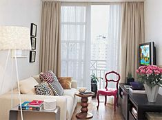 Nesta sala, o colorido é pontual. Cadeiras leves e compactas, como a rosada, são sempre bem-vindas em espaços pequenos, pois podem se locomover facilmente, oferecendo assento para os convidados ou apoiando livros.