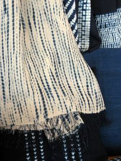 I'm so attracted to these indigo handmade fabrics. Their patterns are so organic and beautiful.