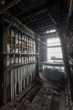 Completely Surreal Photos Of America's Abandoned Malls Old Buildings, Abandoned Buildings, Abandoned Places, Abandoned Malls, Abandoned Property, Abandoned Mansions, Abandoned Factory, Haunted Places, Urban Exploration