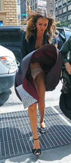 Jessica Alba Turns A Wardrobe Malfunction Into A Marilyn Monroe Moment. Ashley Tisdale, Beautiful Celebrities, Beautiful Actresses, Jessica Alba Pictures, Windy Skirts, Jenifer Aniston, Star Wars, Sexy Older Women, Trends