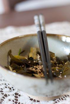 Insalata di alghe con zucchini e lattuga ai semi di sesamo