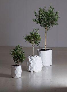 Diseñadores londinenses crearon una maceta inspirada en el origami que se expande para acompañar el crecimiento de las plantas.