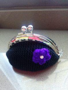 monedero negro con flor violeta