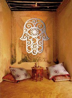 """La definición de la """"mano de Fátima"""" viene del hecho de querer hacer un homenaje a Fátima ( Fátima az-Zahra, que vivió de 606 a 632), la hija del Profeta Muhammad (swws), que se casó con con Ali, sobrino del padre."""