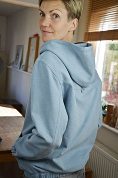 Hoodie mal anders: aus Jeans, Cord oder anderen festen Materialien. Unisex. Schnittmuster ab 6.4.18 bei Elle Puls erhältlich Sewing Tutorials, Sewing Patterns, Big People, Pattern Library, Needle And Thread, Chef Jackets, Couture, Hoodies, Mens Tops