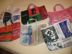 Make a tote bag in under 120 minutes by fusing and sewing with plastic bags. Plastic Bag Crafts, Recycled Plastic Bags, Recycled Crafts, Recycled Materials, Feed Bag Tote, Feed Bags, Tote Bags, Fused Plastic, Plastic Spoons