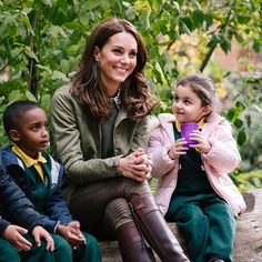 The Duchess of Cambridge made a return to royal duties today, marking the official end of her maternity leave. For her first day back, Kate visited the Sayers Croft Forest School and Wildlife Garden at Paddington Recreation Ground George Et Charlotte, Princess Charlotte, Prince William And Catherine, William Kate, Meghan Markle, Duchesse Kate, Herzogin Von Cambridge, Saint Stephen, Girls Ask