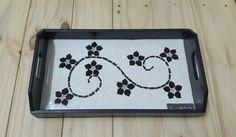 Bandeja preta e branca em mosaico de azulejos e pastilhas de vidro by Freedom Cavalcanti