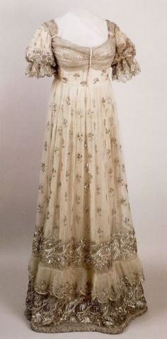 1810 Josephine dress of silver embroidered gauze (Châteaux de Malmaison et… 1800s Fashion, 19th Century Fashion, Vintage Fashion, Steampunk Fashion, Gothic Fashion, French Fashion, Antique Clothing, Historical Clothing, Gypsy Clothing