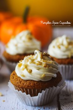Pumpkin spice cupcakes - the PERFECT flavorful pumpkin cupcake with cream cheese frosting! #pumpkin #cupcakes