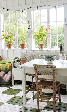 Vintage House: glass veranda and painted floor Cozy Cottage, Cottage Living, Cottage Style, Garden Cottage, Casas Magnolia, Ideas Cabaña, Elsie De Wolfe, Casas The Sims 4, Sunroom Decorating