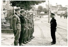 "1944, France, Abreschviller, Le ""General der Panzertruppe"" Hasso von Manteuffel (Oberbefehlshaber 5. Panzerarmee) inspectent des officiers 1/3 | Flickr - Photo Sharing!"