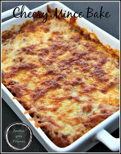 A great cheesy mince bake that's perfect for easy, fuss-free weeknight dinners - just add a salad! It's loaded with good fats and veggies and kids love it. Banting Diet, Banting Recipes, Ketogenic Recipes, Low Carb Recipes, Cooking Recipes, Ketogenic Diet, Banting Bread, Healthy Recipes, Minced Beef Recipes