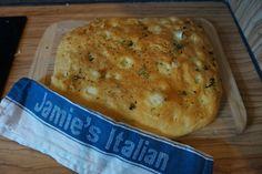 Entdecke das Rezept für die beste Foccacia nach Jamie Oliver mit Rosmarin und Olivenöl. Fluffig und lecker.Das Rezept gibt es auf meinem Foodblog aus Köln.