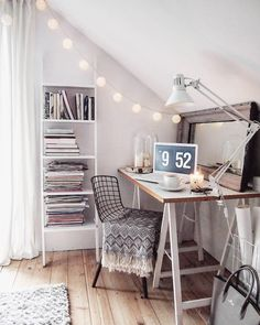 Extravaganz im Arbeitszimmer mit einem Stuhl im Industrial Style. Die Wire Optik ist ohnehin voll im Trend und bringt noch dazu klare Linien und geometrische Formen an den Schreibtisch. // Arbeitszimmer Schreibtisch Einrichten Ordnung Home Office Deko Home Decor @marzena.marideko