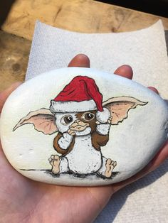 Gizmo Gremlins movie rock painting Pebble Painting, Pebble Art, Stone Painting, Diy Painting, Rock Painting, Rock Crafts, Cute Crafts, Les Gremlins, Frog Rock