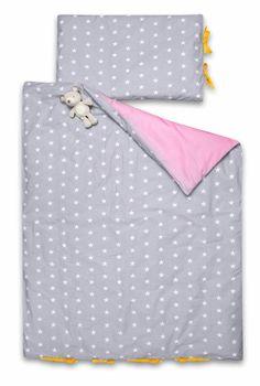 Pościel jest dwustronnie bawełniana, z jednej strony śliczne białe gwiazdki na srebrnym tle, z drugiej jednobarwna bawełna w pięknym różowym, odcieniu. Subtelnego dopełnienia stanowią urokliwe bawełniane kokardki.