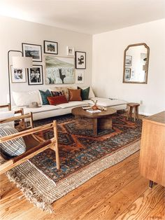 Living room layered rugs on carpet living room apartments Anuska x — REBECCA & GENEVIEVE in living room farmhouse green Boho Living Room, Home And Living, Living Spaces, Living Room Rugs, Living Room Vintage, Midcentury Modern Living Room, Small Living, Dining Rooms, Cozy Eclectic Living Room