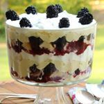 Blackberry Trifle with Luscious Custard Filling Blackberry Trifle with Luscious Custard Filling. We have a slew of blackberries this year. We usually have a ton of wild blueberries, but. Layered Desserts, Summer Desserts, Easy Desserts, Trifle Desserts, Dessert Recipes, Dessert Trifles, Dessert Food, Chef Recipes, Cheesecake Trifle