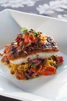 Need a fresh and flavourful dinner recipe? The combination of fresh grilled vegetables and quinoa is the perfect fit for this fish recipe. Salmon Recipes, Fish Recipes, Seafood Recipes, Dinner Recipes, Healthy Recipes, How To Cook Fish, What To Cook, Plats Quinoa, Fish Varieties