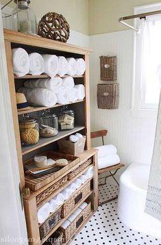 старый шкаф, переделанный для хранения в ванной
