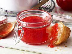 Mit diesem Grundrezept gelingt das Rhabarbermarmelade kochen im Handumdrehen. Denn das Stangengemüse muss vorher nicht geschält werden.