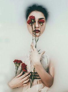Mujer posa con flores y colocadas por el artista