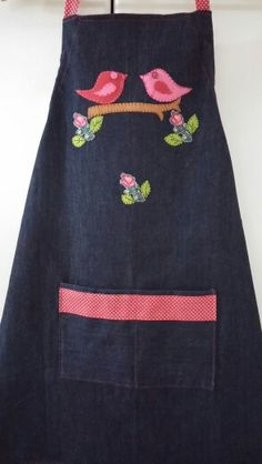 Kot mutfak onlugu Jean Apron, Apron Designs, Sewing Aprons, Burlap Pillows, Aprons Vintage, Quilted Table Runners, Embroidery Applique, Baby Quilts, I Dress