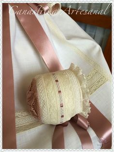 CANASTILLA ARTESANAL Hat Stands, Baby Bonnets, Baby Hats, Old And New, Christening, Smocking, Tatting, Girl Outfits, Beanies