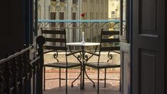 El Santa Isabel, un hotel de dimensiones y elegancia palaciega, disfruta de la que es quizás la mejor ubicación de todos los hoteles del área: se encuentra frente a la encantadora Plaza de Armas (una plaza adoquinada, rodeada por edificios de la época colonial, museos y restaurantes). El enorme inmueble, con sus tres pisos de altura, está situado en el corazón de la Habana Vieja, muy cerca de los principales sitios de interés del lugar. #hotel #habana #cuba