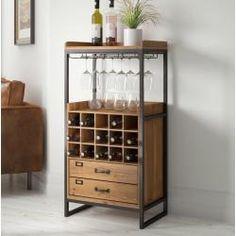 Das Weinregal aus Metall und Holz fügt sich mühelos in deine Inneneinrichtung ein. Zudem ist es sehr praktisch. Es bietet Stauraum für deine Weinflaschen und du kannst deine Weingläser an der Unterseite einhängen. Die robuste Tischplatte ist ideal, um Getränke für deine Gäste wie ein erfahrener Barkeeper zuzubereiten. Die Schublade bietet ausreichend Stauraum für Kleinigkeiten, so dass du alles jederzeit zur Hand hast. Das Weinregal ist ein praktisches Möbelstück für dein Zuhause. Home Bar Cabinet, Wine Rack Cabinet, Drinks Cabinet, Wooden Wine Cabinet, Bar Storage Cabinet, Wine Glass Rack, Wine Rack Wall, Cool Wine Racks, Home Decor Ideas