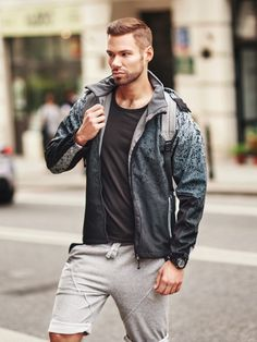 Sporty, impressive and outstandingly comfortable styling from Bolf. A T-shirt and sweat shorts are the irreplaceable choice for every day. The whole look is boosted up with a sports watch and a printed lightweight jacket that provides it with an extra style.