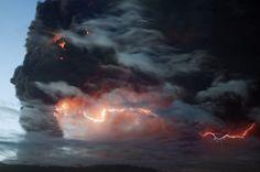 Relâmpagos em meio a uma nuvem de cinzas do vulcão Eyjafjallajokull (Foto: Haarberg Photography/Barcroft Media)