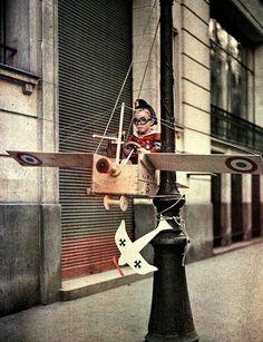 Paris 1915. A kid playing war pilot. Photo Léon Gimpel