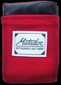 Matador Pocket Blanket er et vannavstøtende, slitesterkt og ekstremt kompakt turpledd til å sitte og ligge på. Tunge hjørner gjør at det ikke stikker av i første vindkast. Integrert pakkpose ogbretteanvisning. Veier 88 gram og måler 140x110cm og har plass til to.