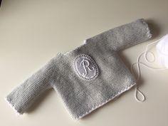 Primera puesta con inicial. Mamamadejas. Fashion, Baby Knitting, Initials, Dots, Moda, Fashion Styles, Fashion Illustrations