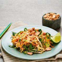 Låt Asien komma hem till dig i form av denna rätt - nudlar med thaipesto. Rätten får en underbar krispighet från de krossade jordnötterna och fin smak från thaipeston bestående av bland annat koriander och soja. Pak choi, böngroddar och morötter gör rätten fräsch och mättande.