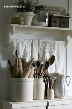 Shabby Chic Decor styling to look over now, must see post number 9771303328 Country Farmhouse Decor, Farmhouse Kitchen Decor, Country Kitchen, Farmhouse Style, Kitchen Small, Vintage Farmhouse, Kitchen Ideas, Cozinha Shabby Chic, Deco Retro